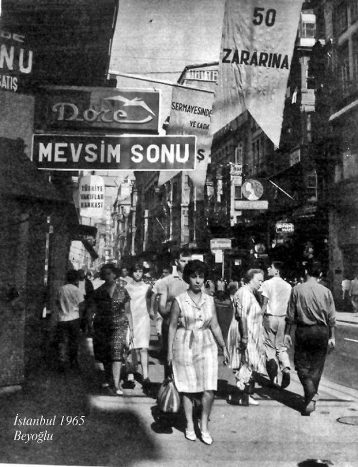 """1965'te """"%50 zararına satışlar"""" ve Beyoğlu'nda dolaşan insanlar."""