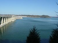 カンバーランド湖はその保水量で、ミシシッピ川より東では最大の人工湖である。ケンタッキー州 - Wikipedia
