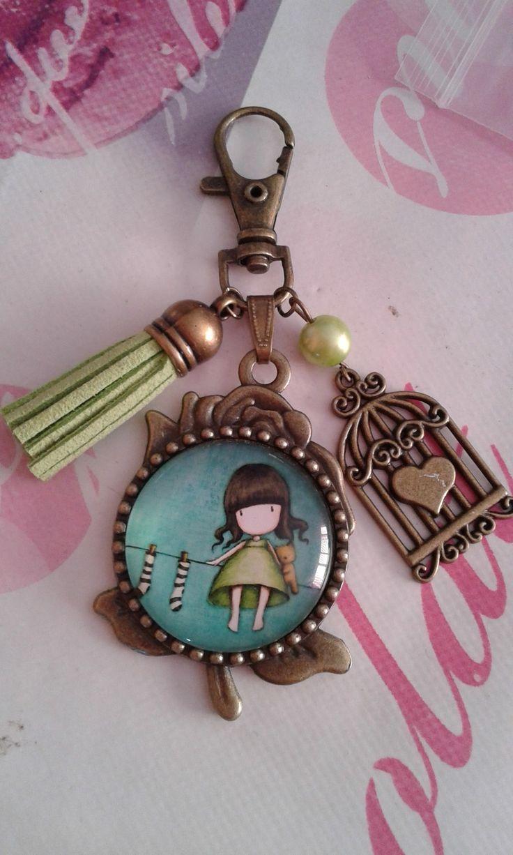 """Bijou de sac ou porte clef Cabochon rond 30mm """"Petite fille Vert anis"""" bronze : Porte clés par sandycreagourmandise"""