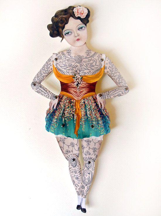 muñeca de papel tatuada