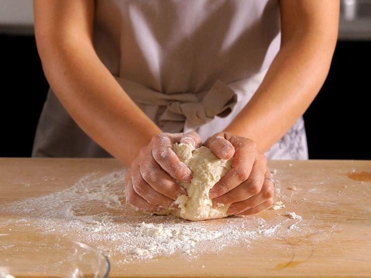 Az olyan tésztákat, amiből sok fajta sütemény készíthető, érdemes megtanulni! Ha hirtelen szeretnénk valami finomat készíteni, elég begyúrnunk, kisütjük és már csak meg kell kennünk! Hozzávalók: 15 dkg vaj, 5 dkg cukor, 25 dkg liszt, 2...