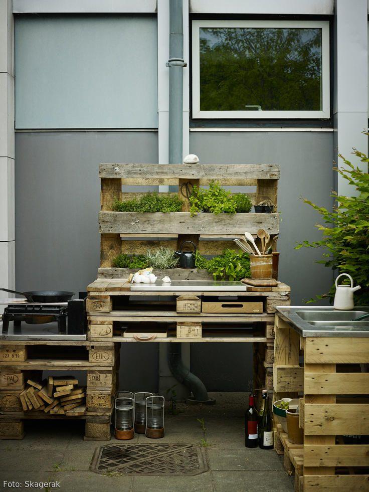 DIY! Diese robuste Outdoorküche wurde aus alten Paletten selbst gebaut. Wozu fürs Kochen unter freiem Himmel nur einen gewöhnlichen Campingkocher verwenden, wenn man ein paar Holzpaletten zu einer richtigen Küche upcyclen kann? Mit Pflanzen als Deko entsteht so eine moderne Kochecke im natürlichen Look.