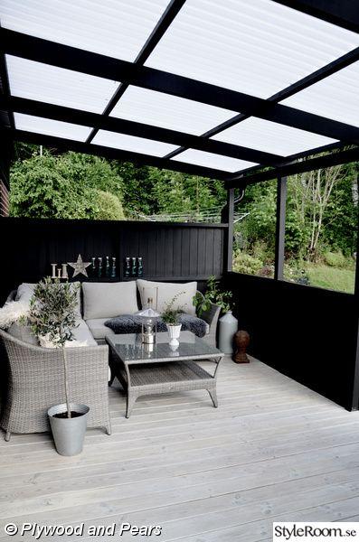 konstrotting,trädäck,uteplats,svart,loungesoffa,laserat trädäck,terass plasttak,svart uteplats,svart trädgård