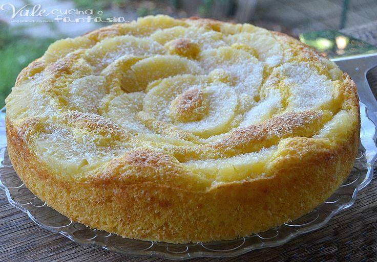 Torta allo yogurt con cocco e ananas.4 uova 200 grammi di zucchero semolato 50 grammi di farina di cocco 250 grammi di farina 00 250 grammi di yogurt all'ananas 1 bustina di lievito per dolci fettine di ananas per la superficie