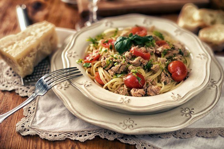Spaghetti al tonno in scatola: ricetta, ingredienti e consigli per cucinare un buon piatto di pasta con il tonno in scatola in bianco o con pomodorini.