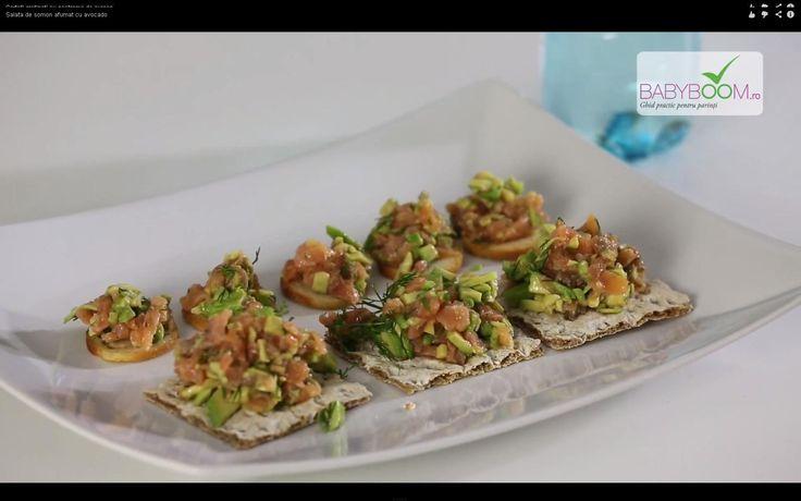 Salată de somon afumat cu avocado. Reţeta o puteţi găsi aici în format text dar şi video: http://www.babyboom.ro/salata-de-somon-afumat-cu-avocado/