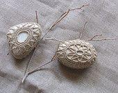 Lavorazione ad uncinetto, cotone ecrù, su piccoli sassi di mare bianchi. Da collezionare. Idea regalo.