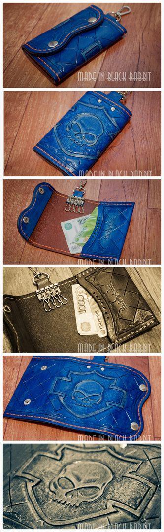 """Не просто ключница для любителей Харлей Дэвидсон. Кожа 1.5. мм, (растительного дубления), окрас ручной, цвет """"под джинсу"""". Ручное тиснение, прошивка тоже ручная. Застежка на 2-х кнопках. Имеется карабин, можно повесить на джинсы. Также имеется отделение для карт и купюр. Genuine Leather Key Case Wallet Mens Leather Key Для заказа пишите в директ. #MensLeatherKey #натуральнаякожа #кошелекизкожи #ручнаяработа #ярмаркамастеров #leather #ключницаизкожи"""