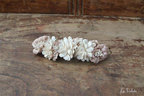 Tiara de flores en topo y blanco roto. Mide aproximadamente 12 cm y se sujeta con presillas. Muy versátil, se puede poner en muchas posiciones.