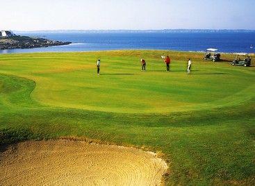 Les plus beaux #golfs en Bretagne et Pays de Loire : Avec ses parcours tracés au coeur de la #nature, ses paysages spectaculaires et son ambiance chaleureuse, la région Bretagne et Pays de Loire est une destination idyllique pour s'adonner au golf. Que vous soyez débutant ou joueur passionné, venez découvrir les plus beaux golfs de Bretagne et des Pays de Loire !