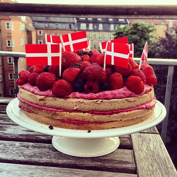 LAGKAGE MED HINDBÆRSKUM OG BANAN BUNDE | TWIN FOOD (Birthday cake with raspberry filling and banana layers)