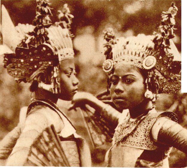 """Figure 6. """"Deux premiers sujets du Théâtre de Bali."""" Balinese dancers at the 1931 Paris Colonial Exposition. From VU (1931) 173 (July 8):995."""