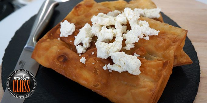 Τηγανητή πίτα με τυριά & σαλάτα με ψητά καρότα