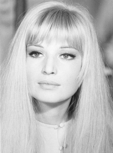 This sixties look, as seen on Monica Vitti, is so timeless to me - heavy bangs accompanied by voluminous straight locks with just enough face framing and a simple face with intense cat eyes. She's gorgeous, and can go anywhere with this look.