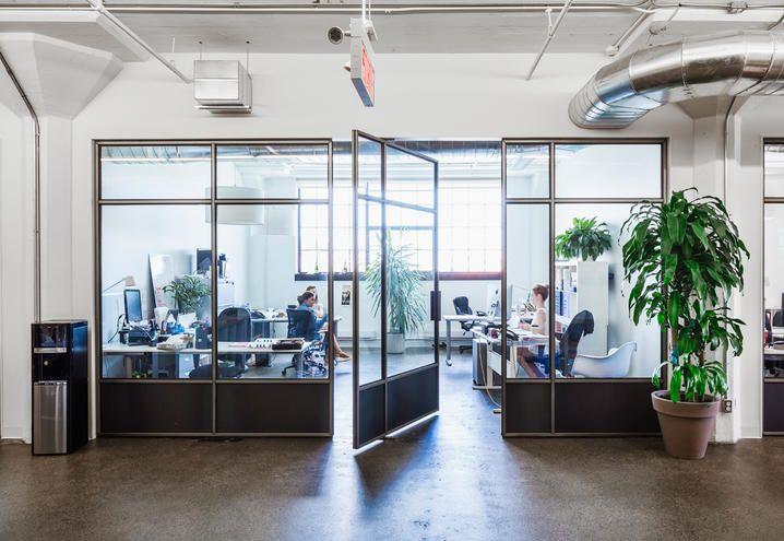 Gli uffici moderni in una fabbrica abbandonata di Moment Factory