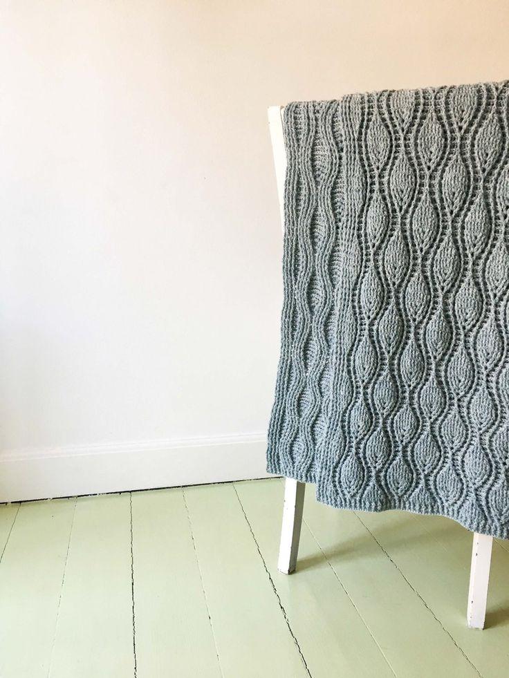Hæklet tæppe i skønt reliefmønster der er flot på begge sider (inkl tip til at forstørre tæppet). På den ene side er der bladmønster og på anden...