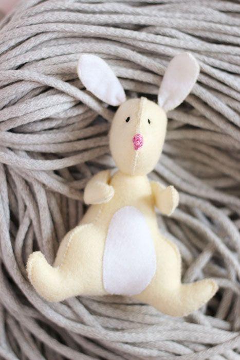 Filcowy króliczek może zostać najlepszym przytulakiem nawet najmniejszego dziecka :)
