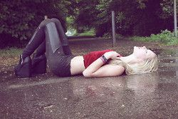 Julez.  - Red Top Crop terciopelo, cuero de imitación Leggins, H & M Platform Heels - The Pretty Reckless - Bajo el agua