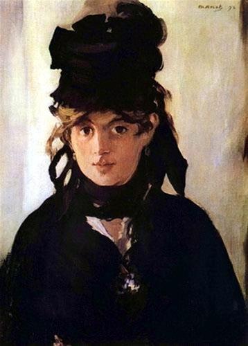 <마네, '제비꽃 장식을 한 베르트 모리조의 초상'(1872), 유화,55 x 38cm> 초상화의 주인공은 별다른 특징 없는 밝은 회색 커튼을 배경으로 하고 있고, 유독 검은색이 많이 사용되었다. 상복용 모자의 검은색, 모자에 달린 커다란 검은색 리본 레이스는 왼쪽 귀로 흘러내리며 목을 완전히 감싸고 있다. 선명하게 표현된 강렬한 검은색이 주인공의 얼굴을 감싸고 있다. 모리조는 고요하게 관객을 바라보고 있지만, 그 눈빛은 굉장히 강렬하다. 마네는 검정색 짧은 케이프에 흰색과 푸른색으로 몇 번 터치를 하여 꽃의 존재감을 암시적으로 표현하였다. 모델의 시선에서 느껴지는 강력한 호소력이 눈길을 끈다.