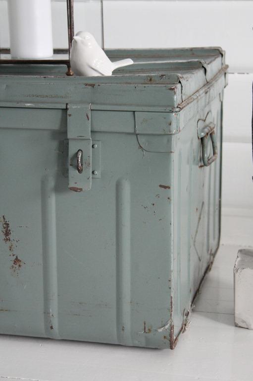 W roli dekoracji vintage świetnie sprawdzi się także metalowa skrzynia :)