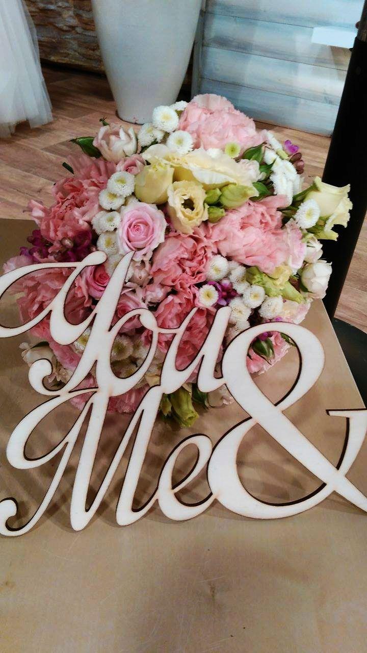 Esküvői dekoráció - rózsaszín, krém, fehér menyasszonyi csokor és You & Me felirat fából.