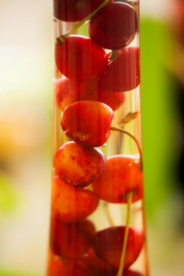 Aranjament masă cu cireșe