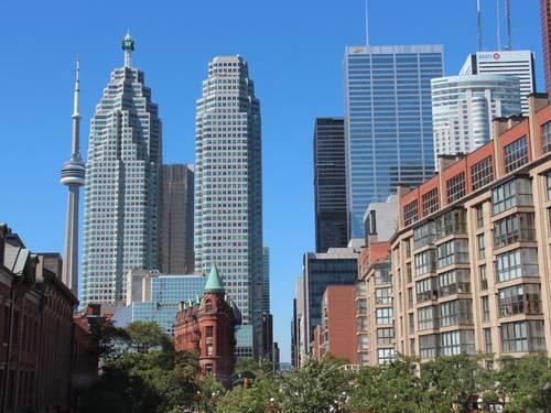 Vista a partir do St. Lawrence Market, com os prédios do centro financeiro de Toronto e a CN Tower ao fundo Foto: Bruno Agostini / O Globo