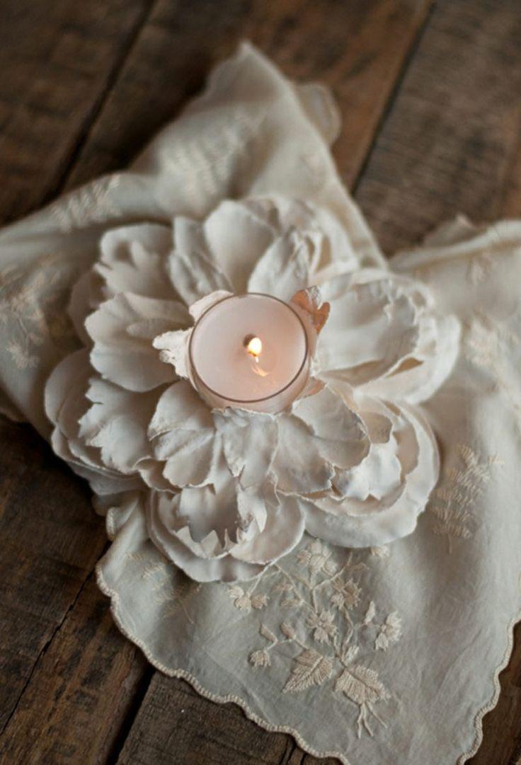 idées bricolage avec du plâtre - un beau porte-bougie en forme de fleur de plâtre