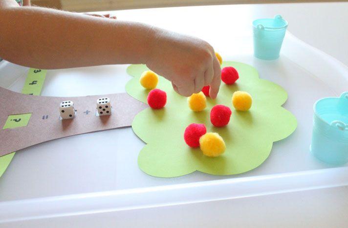 Crearemos un árbol con dos colores diferenciados (amarillo y rojo). En primer lugar lanzaremos el dado amarillo, colocaremos el número salido y posteriormente las manzanas correspondientes a ese número. En segundo lugar, lanzaríamos el dado rojo,  colocaríamos el número que haya salido y las manzanas correspondientes. Por último haremos el recuento total de manzanas.