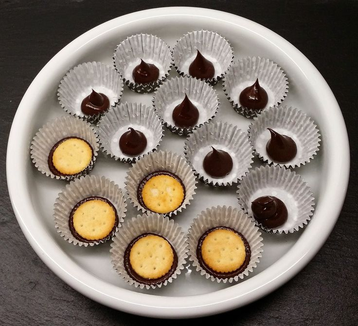 Alt er bare ekstra kært i miniatureudgave - og specielt disse små kiksekager. De er lige til et teselskab for dukker, bamser, usynlige venne...