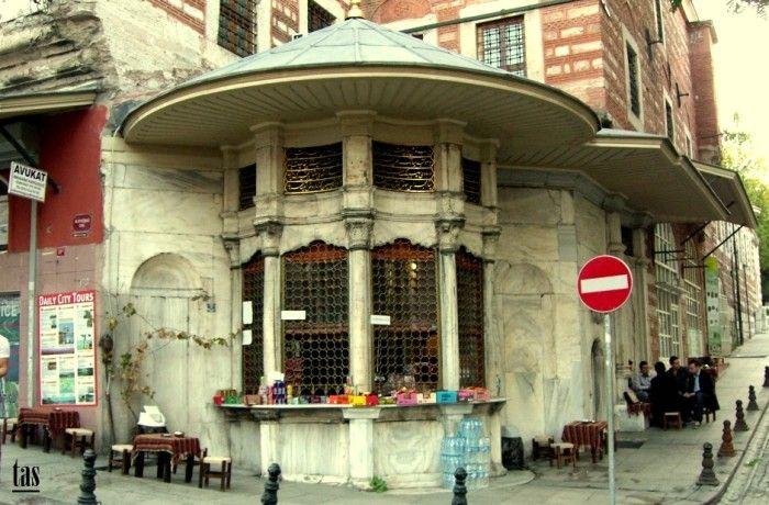 GÜLHANE HACI BESIR AGA SEBILI  İstanbul Suriçi Gülhane ile Babıali arasında Hükümet caddesi ile Alay köşkü caddesinin kesiştiği noktada 1744-1745 tarihinde Hacı Beşir Ağa külliyesinin bir yapısı olarak inşa ettirmiştir. Alay köşkü caddesi ile Hükümet Konağı sokağının kesiştiği pahtlı köşede yer alan sebil, külliyede barok üslubun katıksız bir biçimde sergilendiği tek öğedir. Malzeme olarak üzeri geniş saçak oluşturarak basık koni biçiminde kurşun kaplı bir çatı ile örtülmüştür.