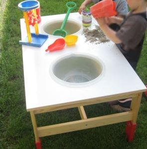 Einen Wassertisch selber bauen. Großer Wasserspass für die kleinsten.  http://mittenimlebenblog.wordpress.com/2013/05/24/der-wassertisch-sorgt-fur-grosen-spass/