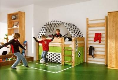 Sonho de qualquer garoto  Jogar futebol no próprio quarto!