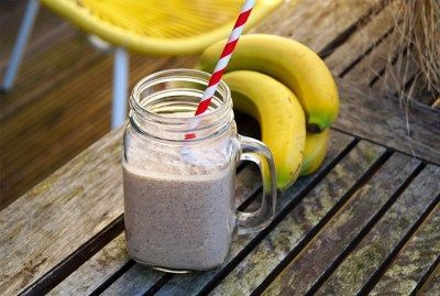 Banaan smoothie met pindakaas en chocolade