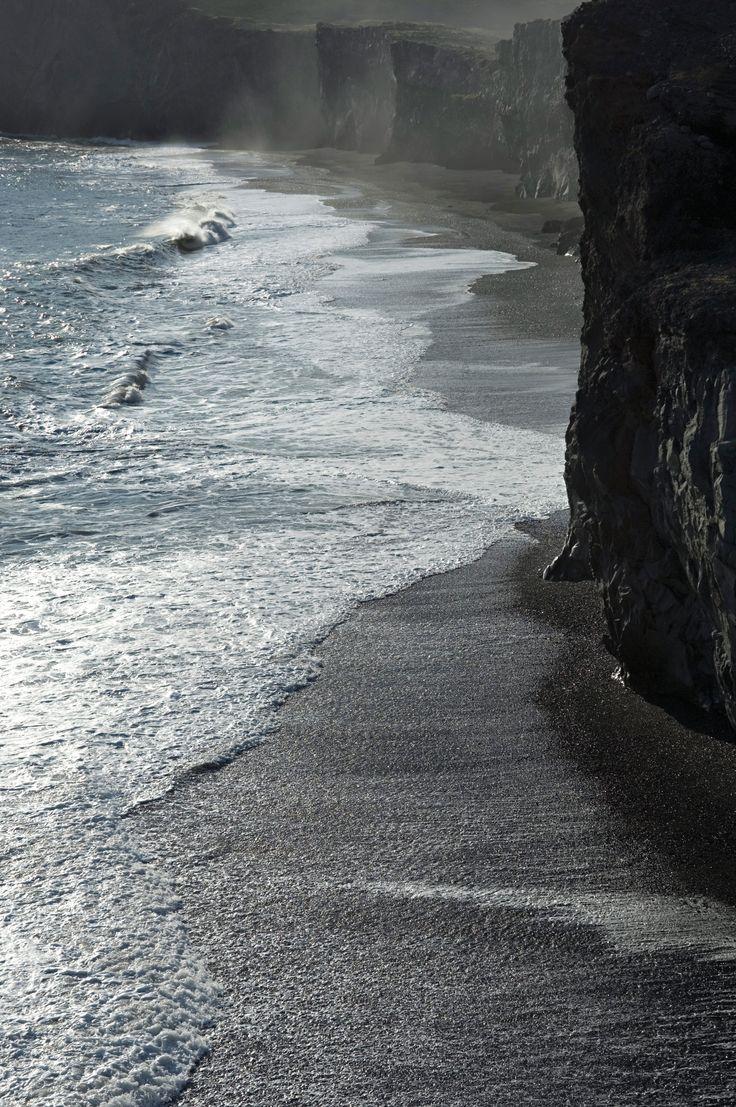 디르홀라이이 주상절리 절벽(120m). 오랜 세월 풍파와 싸워온 모습은 이 세상 그 어느 것도 두렵지 않은 듯 웅장한 모습이다. 또한,  절벽 밑으로 펼쳐진 검은 모래 해변은 자연과 새들을 사랑하는 사람들에게 훌륭한 산책 장소가 된다. | Lexus i-Magazine 앱 다운로드 ▶ www.lexus.co.kr/magazine #Lexus #Magazine #iceland