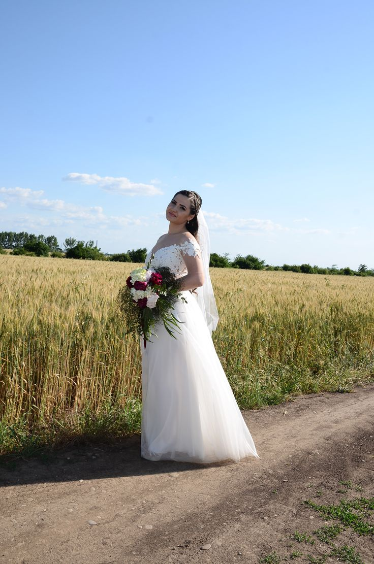 Wedding photo field bride - Rhea Costa dress & Ianys events flowers