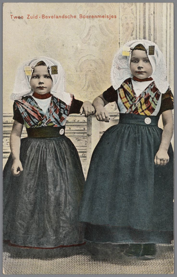 Twee meisjes in protestantse Zuid-Bevelandse streekdracht. 1905-1908 #Zeeland #ZuidBeveland #protestant