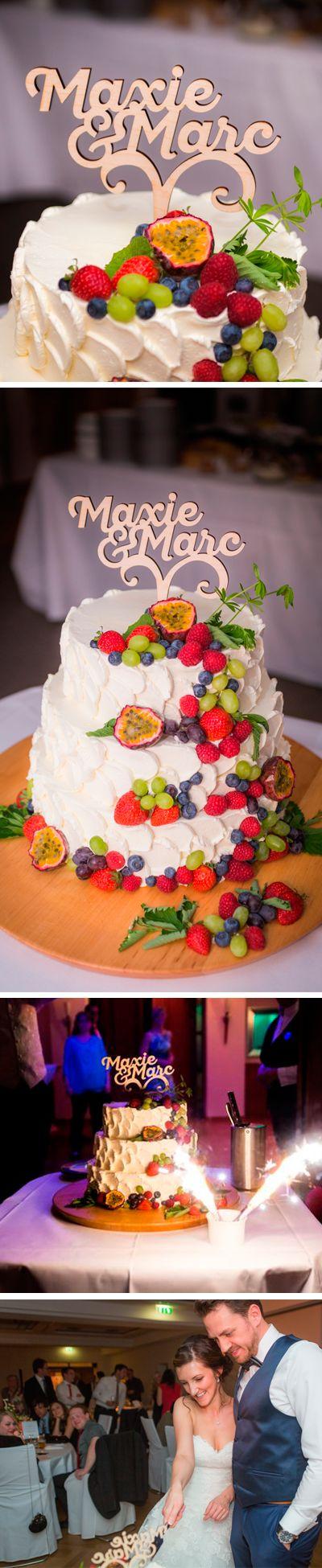 Caketopper aus Holz  individuell mit Namen des Hochzeit Paares Der Caketopper aus Holz ist geeignet für eine Tropical Wedding, die Hochzeitstorte ist mit tropischen Früchten wie Maracuja und heimischen Obst wie Erdbeeren Trauben Blaubeeren