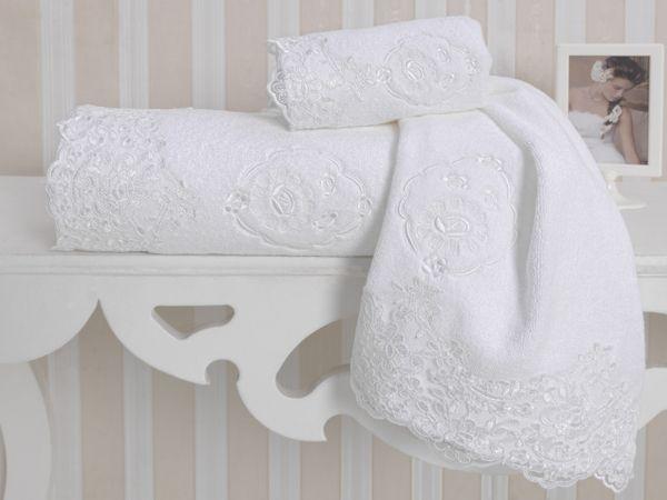 Biela výšivka a čipka na bielom podklade pôsobí veľmi nevtieravo a decentne