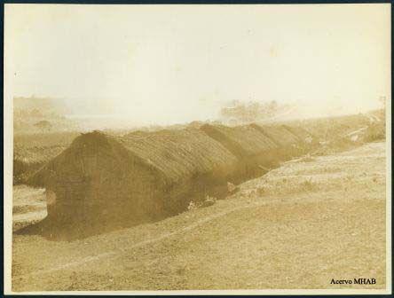 Fotografia de cabanas pau a situadas no local onde mais tarde foi construído o campo de golfe da Pampulha (1943).