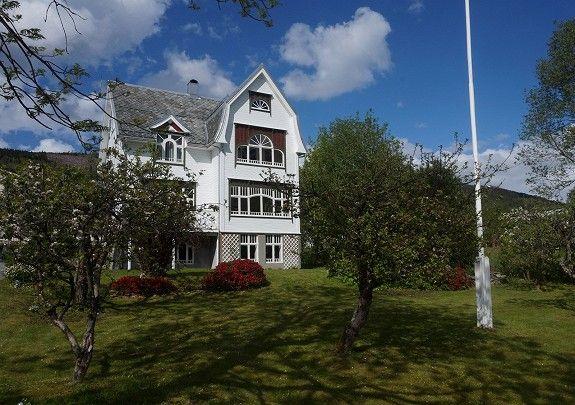 Volda/Heltne - Praktfull villa med romslig frukthage! -