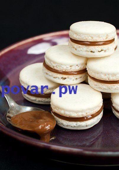 Макаруны  Ингредиенты:  - Миндаль (очищенный) – 110 гр - Сахарная пудра – 200 гр - Семена ванили – 1/2 стручка - Сахар – 50 гр - Яичный белок – 3 шт - Начинка- на ваш вкус (у нас шоколадная паста)  Приготовление:  1.Измельчаем миндаль в кухонном комбайне, добавляем сахарный песок и смешиваем до однородного состояния. Разделяем стручок ванили вдоль, достаем семена.  2.Перемешиваем семена с сахаром. Взбиваем яичные белки до пены, постепенно добавляем сахар, пока смесь не достигнет консистенции…