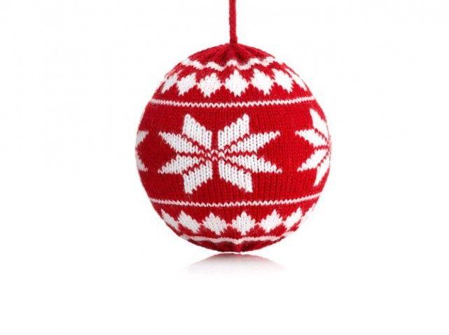 Boule de no l aux motifs traditionnels en tricot noel - Deco boule de noel a fabriquer ...