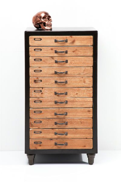 College (6 Συρτάρια) Η Kare δημιούργησε για εσάς μια υπέροχη συρταριέρα, σε ένα διαχρονικό design, κατάλληλη για το σπίτι ή το γραφείο. Υλικά: κατασκευασμένο από κερωμένο ξύλο πεύκου, λακαριστό MDF και σίδηρο.
