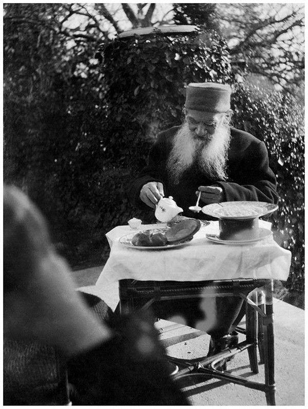 Лев Толстой завтракает на террасе дома в Гаспре, декабрь 1901, Таврическая губ., дер. Гаспра. Фото Толстая Александра Львовна