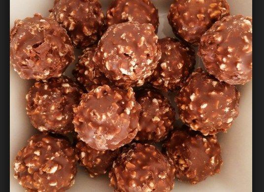 Το Ferrero Rocher είναι ένα από τα πολύ αγαπημένα γλυκά όλων. Μάθε τώρα πως να τα φτιάξεις μόνος/η σου εύκολα με μόνο 3 υλικά. ~ igastronomie.gr
