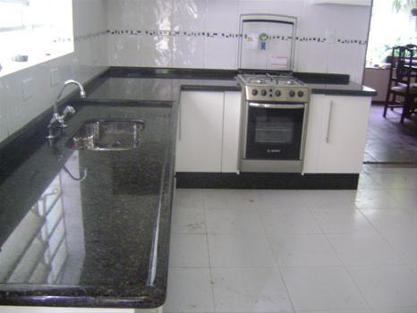 Mesada granito gris mara en cocina buscar con google k for Marmol color verde ubatuba
