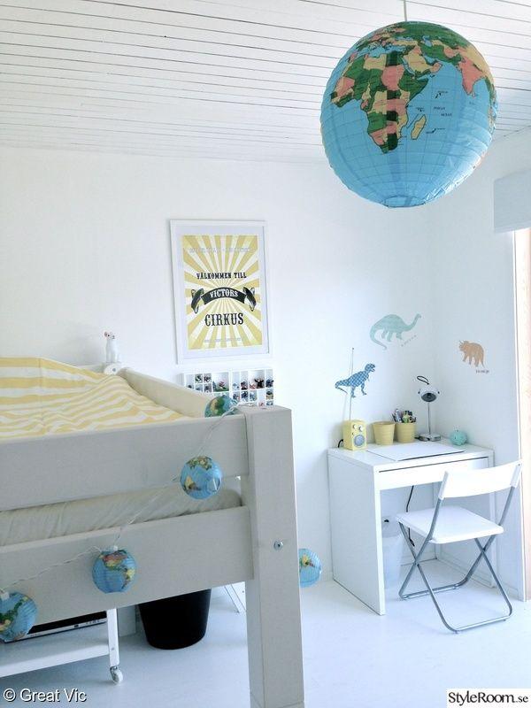 barnrum,sommarstuga,taklampa,skrivbord,loftsäng