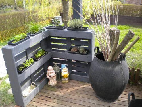 Un aménagement pour le #jardin juste avec des palettes ! http://www.m-habitat.fr/tendances-et-couleurs/tendances-et-nouveautes/transformer-une-palette-en-meuble-de-rangement-3186_A