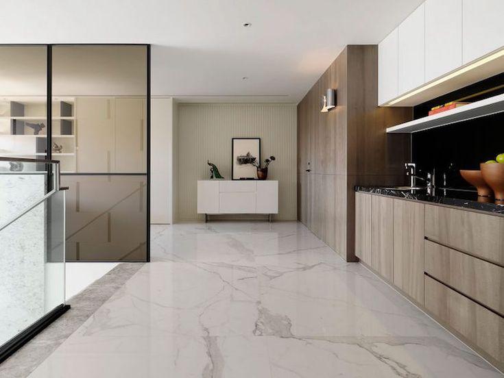 cuisine bois et blanc contemporaine aménagée avec des armoires sans poignées et un carrelage marbre blanc
